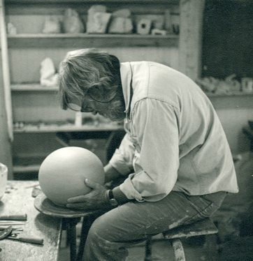 Ken Price beginning to sculpt a form for his project Happy's Curios, 1972-77, photograph by Sarah Spongberg, © Ken Price