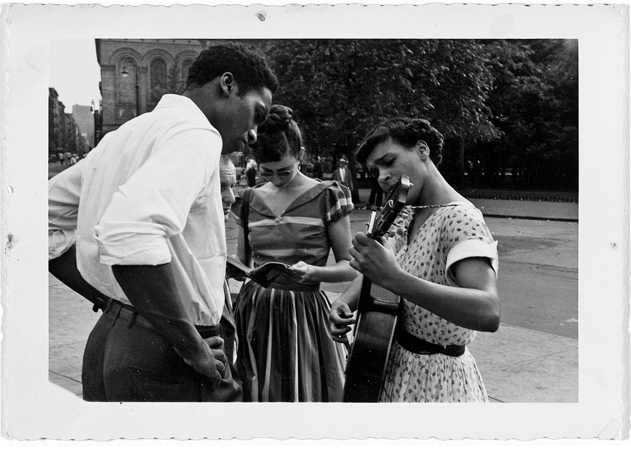 Charles White, Musicians in Washington Square Park, 1950s, private collection, Altadena, © The Charles White Archives, digital image © Museum of Modern Art, New York